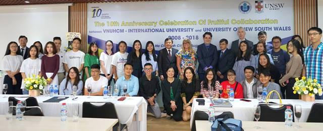 Lãnh đạo IU, UNSW và sinh viên chương trình liên kết chụp hình kỷ niệm.