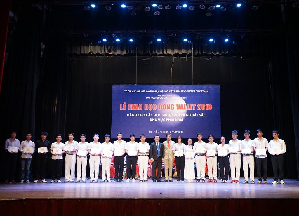 Học sinh Trường Phổ thông Năng khiếu ĐHQG-HCM nhận học bổng.