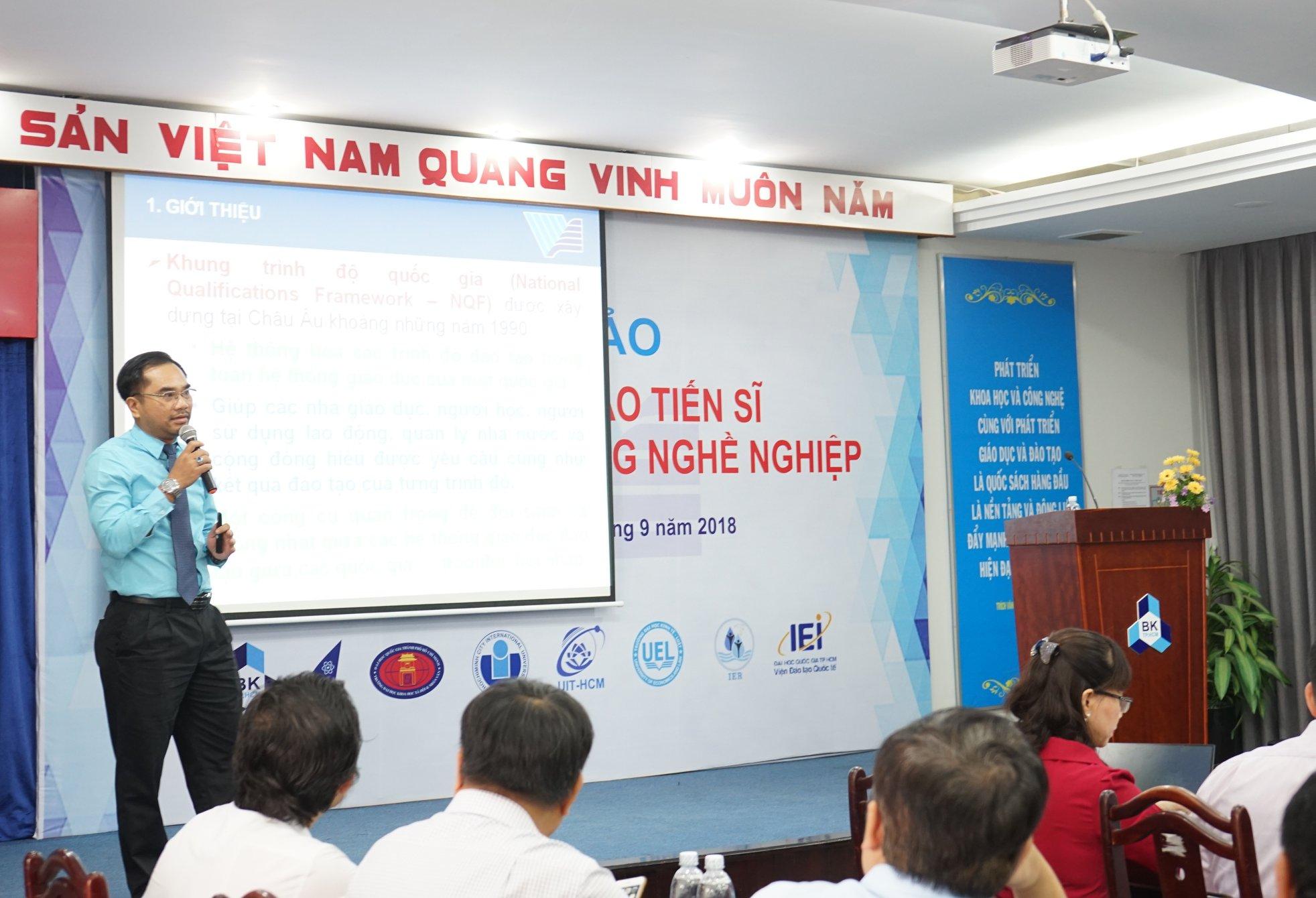 2.PGS.TS Vũ Phan Tú trình bày tham luận thí điểm đào tạo chương trình tiến sĩ định hướng ứng dụng nghề nghiệp.