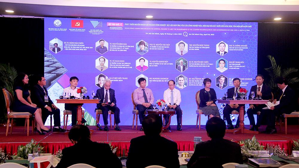 Các đại biểu tham gia thảo luận bàn tròn.